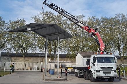 toit de station service suspendu à l'aide d'une grue